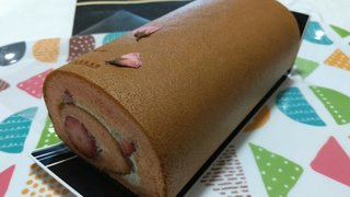 20210408_季節の限定ルーロ さくらと完熟苺《五感》【ケーキ大人食い】.jpg